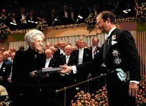 Il premio Nobel per la medicina Rita Levi Montalcini mentre riceve l'alta onorificenza nel 1986 da re Carlo Gustavo di Svezia a Stoccolma