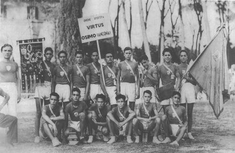 """Atleti della Virtus Osimo sullo sfondo il drappo della squadra con le medaglie  (dal libro di Massimo Morroni """"La Virtus Osimo"""")"""