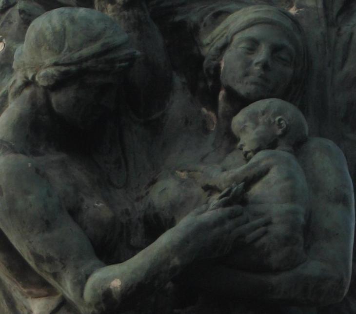 Particolare del  monumento ai Caduti: la  madre con il bambino