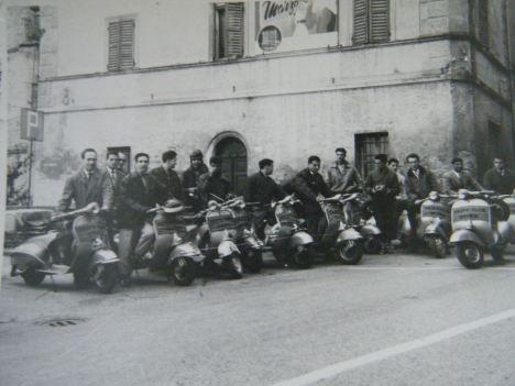 """Il vespa club Osimo radunato davanti il palazzo Boccanera ( foto di Mauro Tarantelli tratta da FB """"Sei di Osimo se"""")"""