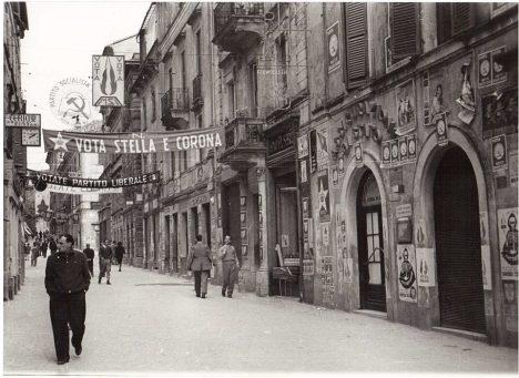 Corso Mazzini tappezzato di manifesti elettorali elezioni politiche 1953