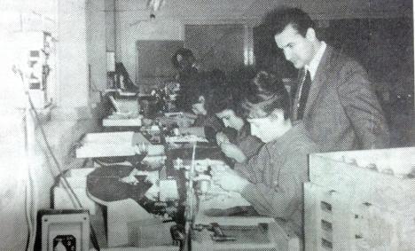 Luciano Antonelli il titolare della Lenco Italiana spa osserva il lavoro delle sue collaboratrici