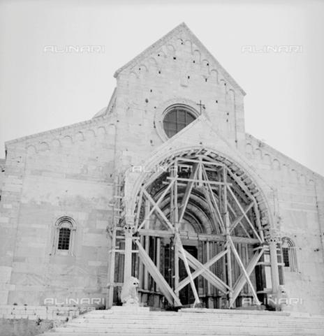 Terremoto di Ancona_ impalcatura a sostegno del portale del Duomo