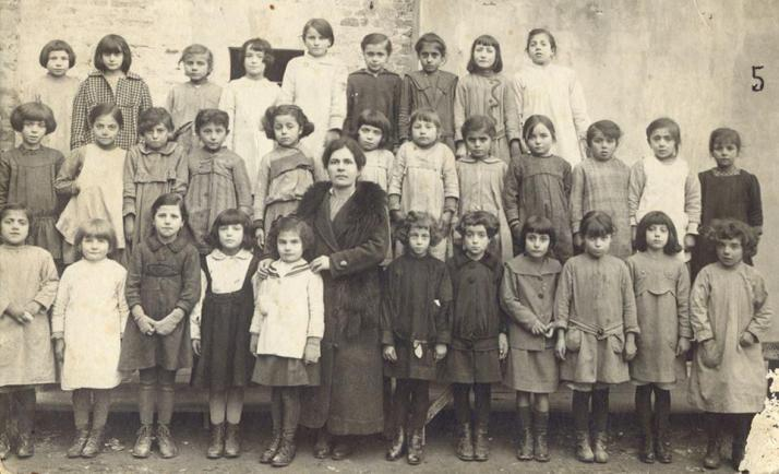 1920 la maestra Luisa Polverini con le sue allieve